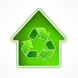 Hus med återvinningsymbol Arkivbilder