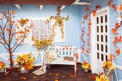 Hus med att belägga med tegel taket, blåa träväggar, vitt fönster Royaltyfri Fotografi