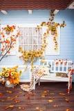 Hus med att belägga med tegel taket, blåa träväggar, vitt fönster Arkivfoto