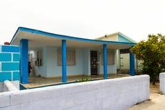 Hus med blåa kolonner Arkivfoton