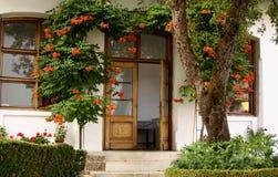 Hus med blommor i trädgården Royaltyfri Fotografi