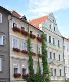 Hus med blommor, Prague, Tjeckien, Europa Royaltyfria Bilder