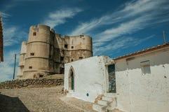 Hus med den gamla murbrukväggen och slott på Evoramonte arkivbilder