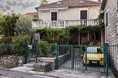 Hus med den gula bilen Staden av Kotor Montenegro arkivfoton