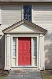 Hus med den röda dörren och offcenter fönster arkivbild