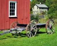 Hus med den röda ladugården och vagnen royaltyfri bild