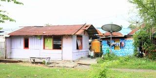 Hus med den satellit- antennen i Manokwari Royaltyfria Foton