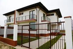 Hus med det stora staketet Royaltyfria Foton