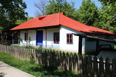 Hus med det tenn- taket i Dimitrie Gusti National Village Museum i Bucharest Arkivbild