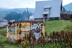 Hus med en behållare i Dragobrat Ukraina arkivbilder