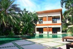 Hus med en landskap simbassäng Arkivfoto