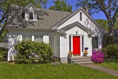 Hus med en röd dörr. royaltyfria bilder