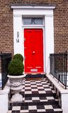 Hus med en röd dörr i London royaltyfria foton