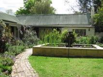 Hus med engelskaträdgården Royaltyfri Bild