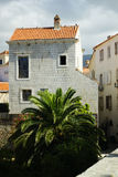 Hus med ett rött tak och små fönster fotografering för bildbyråer