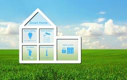 Hus med ett smart hem- system på en bakgrund av grönt gräs Fotografering för Bildbyråer
