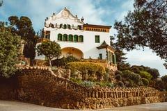 Hus med ett solur i Parcen Guell Parkera Guell planlades av Antoni Gaud I 1984 royaltyfri foto