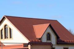 Hus med ett tak som göras av metallark arkivbilder