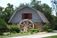 Hus med ett vattenhjul framtill Arkivbild