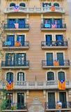 Hus med flaggor av Catalonia Arkivfoto