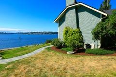 Hus med främre sikt för vatten Portfruktträdgårdstad, WA Arkivbild