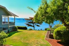 Hus med främre sikt för vatten Portfruktträdgårdstad, WA Arkivfoton