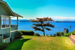 Hus med främre sikt för vatten Portfruktträdgårdstad, WA Royaltyfri Bild
