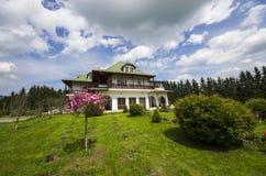 Hus med gräsplanträdgården Arkivfoton