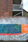 Hus med grafitti Arkivfoton
