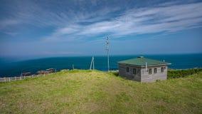 Hus med havssiktsbakgrund arkivfoto