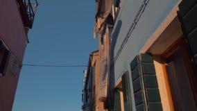 Hus med linne som utanför hänger för att torka Burano ö, Italien lager videofilmer