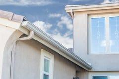 Hus med nya sömlösa Aluminum stuprännor arkivfoto