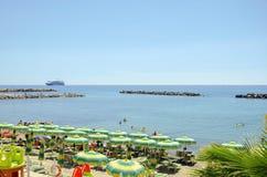 Hus med palmträd på stranden av Monaco royaltyfri fotografi