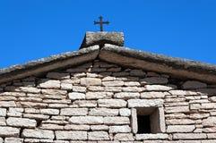 Hus med Rusty Cross - Lessinia Italien royaltyfria bilder