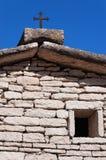 Hus med Rusty Cross - Lessinia Italien fotografering för bildbyråer