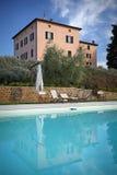 Hus med simbassängen Arkivbild