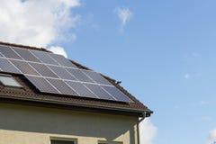 Hus med sol- energi och blå himmel Royaltyfri Bild