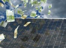 Hus med sol- energi som gör pengar Arkivbilder