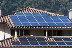 Hus med sol- paneler Royaltyfria Bilder