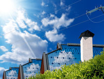 Hus med solpaneler och en kraftledning Royaltyfri Fotografi
