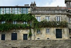 Hus med stenvinrankaträdet och balkong med järnledstången och det verkliga vinrankaträdet compostela de santiago spain Quintana f royaltyfri foto
