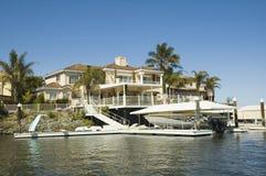Hus med strandtillträde fotografering för bildbyråer