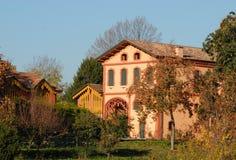 Hus med uthus som lokaliseras i Torreglia till och med kullarna i landskapet av Padua i Veneto (Italien) Royaltyfri Fotografi