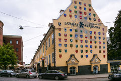 Hus med vapensköldar av latvian städer Fotografering för Bildbyråer