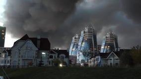 Hus mot bakgrunden av rök från en brand Ekologisk katastrof och apokalyps svart sky Det illavarslande arkivfilmer