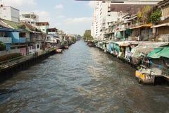Hus nära avloppsvattenkanalen i bangkok Thailand arkivfoto