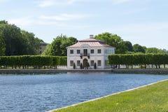 Hus nära dammet i trädgården av Peterhof marly russia för slottpeterhofpetersburg petrodvorets st Arkivbild