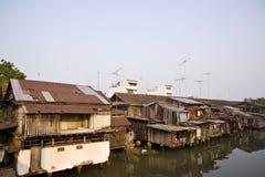 hus nära den gammala floden Royaltyfria Bilder