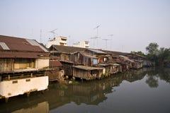 hus nära den gammala floden Royaltyfri Bild