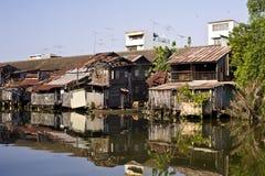 hus nära den gammala floden Arkivfoto